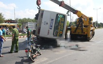 Xe buýt lật đè chết 2 người đi xe máy