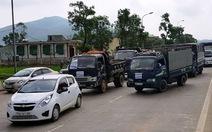 Hơn 30 ôtô xếp hàng phản đối trạm thu phí cầu Rác