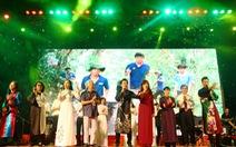 Hàng ngàn người cùng hát vang 'Nối vòng tay lớn'