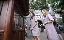 Cho du khách mượn miễn phí áo dài vào đền Ngọc Sơn