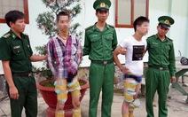 Cuộn hàng ngàn viên ma túy vào chân mang về Việt Nam