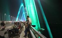 Cầu Nhật Tân lung linh đèn, nhiều người lên cầu 'tự sướng'