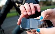 Bị giật điện thoại, cô gái đạp ngã hai tên cướp