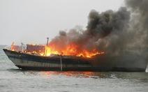 Cháy rụi tàu thu mua hải sản trên biển Phú Quý