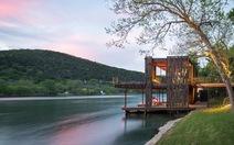 Ngôi nhà làm từ vật liệu tái chế bên bờ hồ thơ mộng