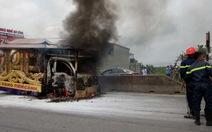Xe tang chở quan tài bốc cháy trên quốc lộ