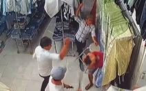 Truy bắt nhóm côn đồ chém gục nhân viên cửa hàng quần áo