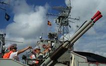 Tàu săn ngầm huấn luyện bắn ngư lôi trên biển