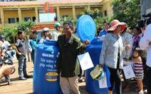 Tặng bồn chứa nước cho người dân Bình Phước