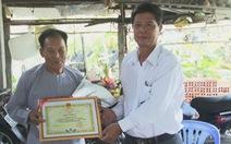 Khen thưởng chàng thanh niên và lão nông làm từ thiện