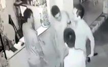 Clip rút súng đe dọa, đánh nhân viên quán cà phê tại Biên Hòa