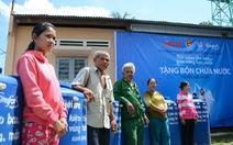 Người dân biên giới Tây Ninh phấn khởi nhận bồn nước