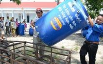 Người dân biên giới Tây Ninh nhận bồn chứa nước