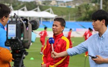 Đài truyền hình Hàn Quốc phỏng vấn các thành viên tuyển U-20 VN