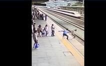 Nhân viên nhà ga dũng cảm cứu kịp cô gái lao vào tàu tự sát