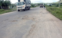 50km Quốc lộ 19 tan nát chưa biết đơn vị nào sửa chữa
