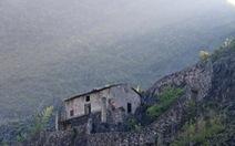 Những 'pháo đài' cheo leo trên đỉnh núi của người Mông