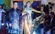 Tặng 20 hiện vật áo dài cho Bảo tàng Phụ nữ Nam Bộ