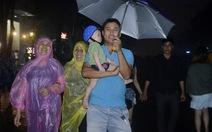 Hàng chục ngàn người đội mưa xem pháo hoa