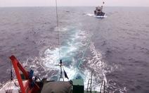 Cảnh sát biển cứu tàu cá cùng 19 thuyền viên trôi dạt