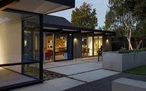 Ngôi nhà hiện đại hòa hợp với cảnh thiên nhiên xung quanh