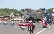 Lật xe tải chở gas, quốc lộ 1 kẹt hơn 2km