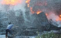 Cháy dữ dội bãi thu mua lốp xe, hàng trăm người cùng chữa cháy