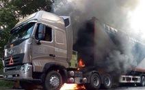 Hàng trăm người dân nỗ lực cứu ôtô bốc cháy