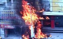 Trụ điện phát hỏa cháy lan vào nhà dân