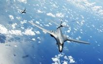 Tàu chiến, máy bay ném bom Mỹ xuất hiện trên Biển Đông