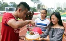 Hồng Duy được CĐV tổ chức sinh nhật trên sân tập