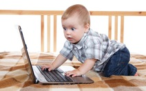 Những hệ lụy từ việc con trẻ dán mắt vào thiết bị điện tử