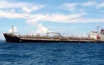 Chuyển tải hàng, giải cứu tàu dầu mắc cạn ở Bình Thuận