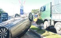 Tông nhau với xe tải, xe hơi lật ngửa giữa đường