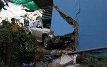 Ôtô 7 chỗ tông sập tường nhà dân