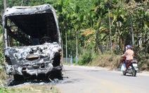 Xe khách cháy rụi trên quốc lộ 40B lúc rạng sáng