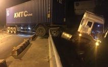 Xe container 'vắt' lơ lửng trên thành cầu Sêrepok