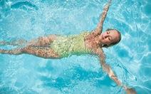 Phái đẹp nên để mặt mộc hay trang điểm khi đi bơi?