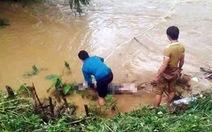 Ô tô trôi xuống suối, 4 người trong một gia đình gặp nạn