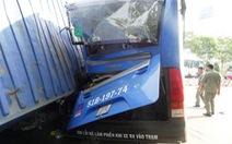 Xe đầu kéo húc xe buýt đang dừng, thùng xe lật đè xe máy