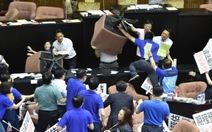 Nghị sĩ Đài Loan vác ghế đập nhau ngay trong phiên họp