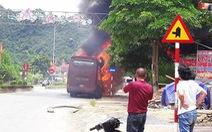Xe giường nằm cháy dữ dội tại Nghệ An