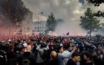 Hàng ngàn CĐV đổ ra đường cầu nguyện cho Nouri