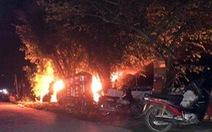 Nghi xe vào làng bắt cóc trẻ em, dân đập phá, đốt ôtô