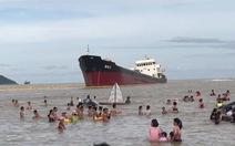 Tàu mắc cạn loang dầu ra bãi tắm Cửa Lò