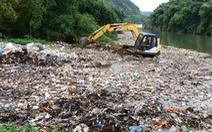 Cào hàng chục tấn rác chưa xử lý xuống suối