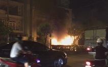 Xe tải bốc cháy như đuốc trên phố Sài Gòn