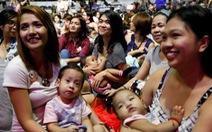 Hưởng ứng nuôi con bằng sữa mẹ, 2.000 phụ nữ cho con bú tập thể