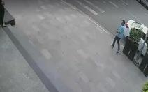 Clip vụ việc hi hữu: Đậu xe hơi rút tiền bị trộm xe