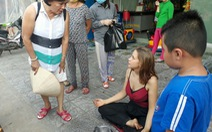 Phú Quốc lúng túng với cô gái nước ngoài ngồi thiền xin tiền